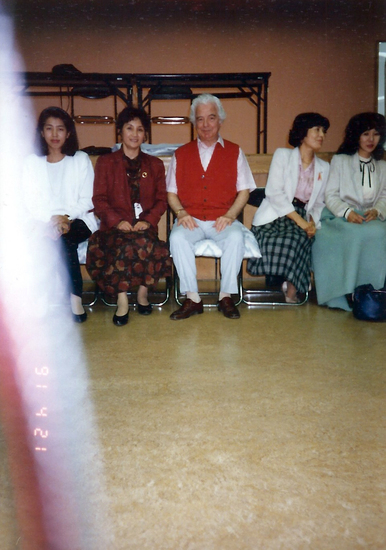 Share International May 2017 images, Blessing on a photograph of Benjamin Creme at a Transmission Meditation Workshop in Tokyo, 1991