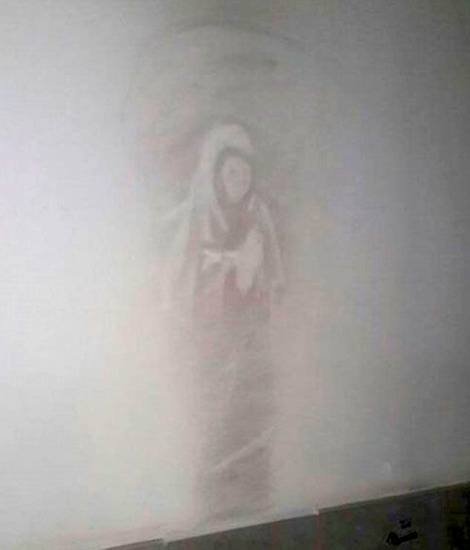Share International April 2018 images, An image of the Madonna has appeared on a wall of the Military Hospital in Cordoba, Argentina. The distinctive silhouette was first seen on 11 February 2018